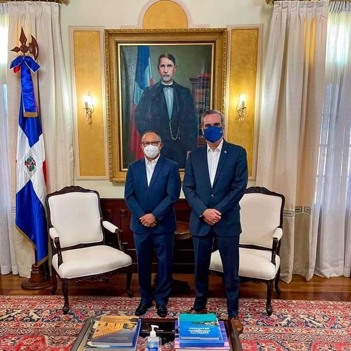 ALCALDE SANTO RAMÍREZ VISITA AL PRESIDENTE ABINADER. GESTIONA OBRAS PARA EL MUNICIPIO.