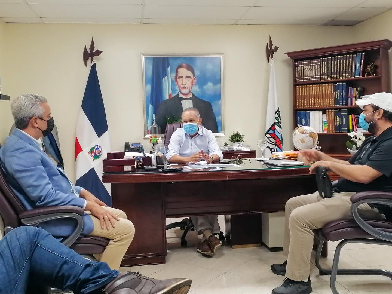 ALCALDE SANTO RAMÍREZ SOSTIENE ENCUENTRO REPRESENTANTES DE INAPA EN BUSCA SOLUCIÓN A ROTURAS CALLES DE LA CIUDAD